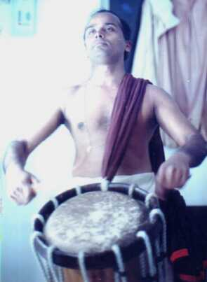 http://www.cyberkerala.com/kathakaliartist_images/performance_kalamandalam_unnikrishnan.jpg